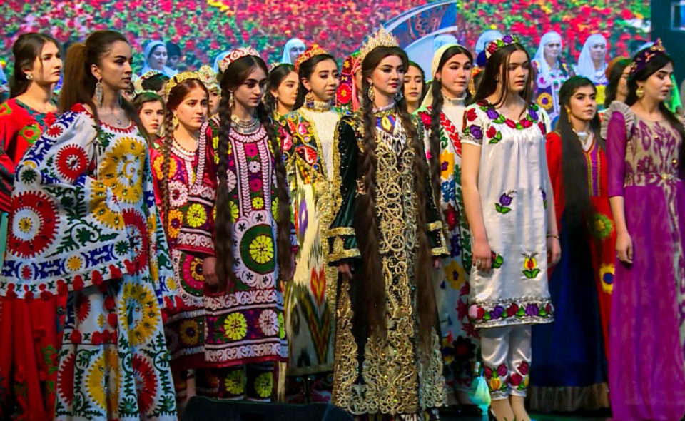 Девичья краса: в Душанбе выбрали обладательницу самой длинной косы